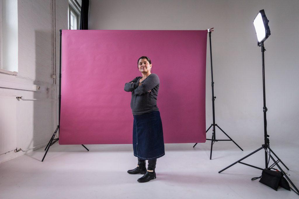 Mariana seisoo valokuvausstudiossa