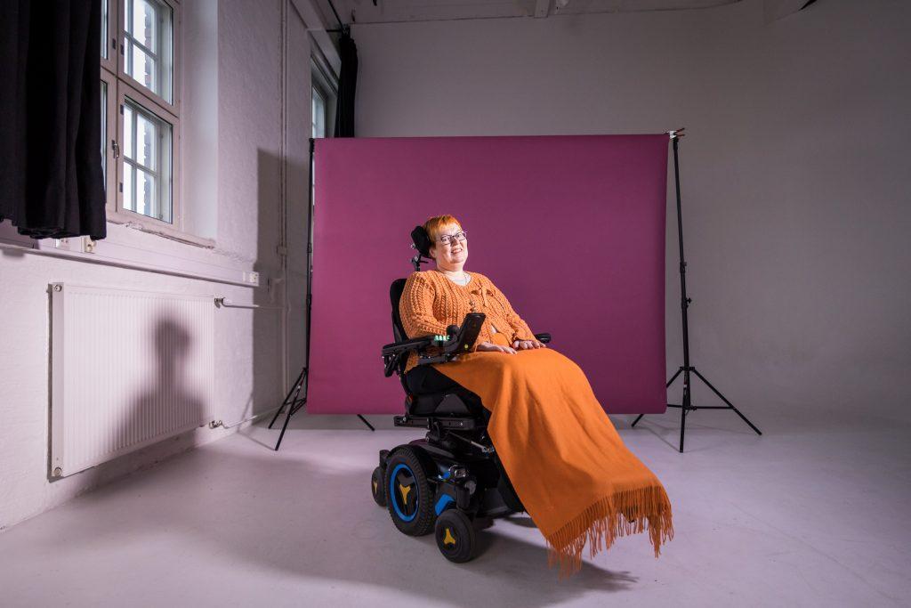 Salla istuu sähköpyörätuolissaan