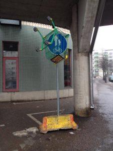 Ostoskärryt roikkumassa liikennemerkistä Helsingin Kannelmäessä
