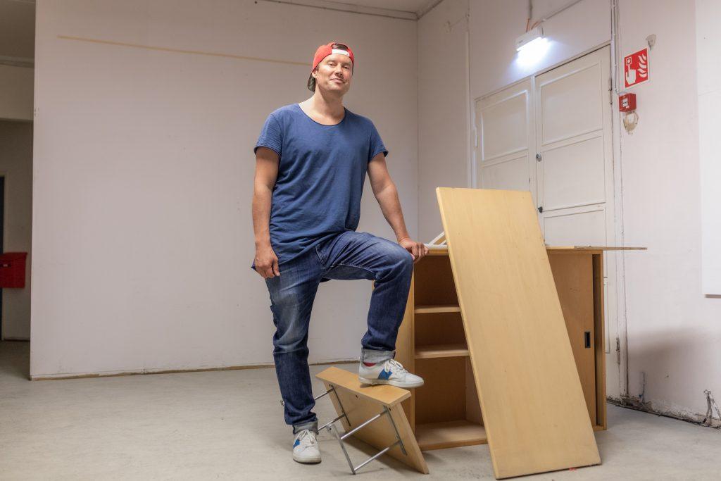 Mikko Sarjanen seisoo varastossa.